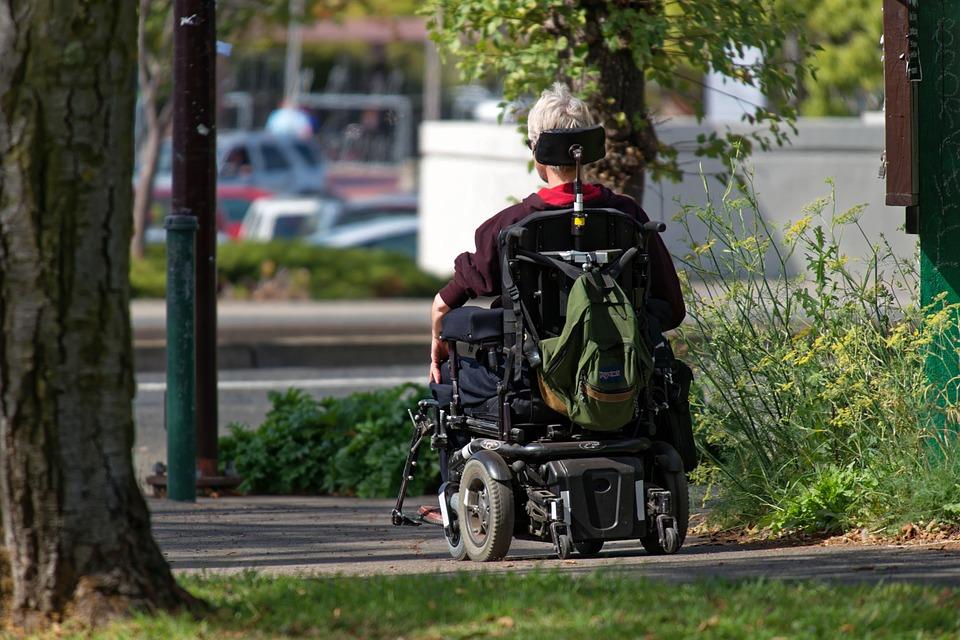 Comment circuler en fauteuil roulant électrique en évitant les obstacles ?
