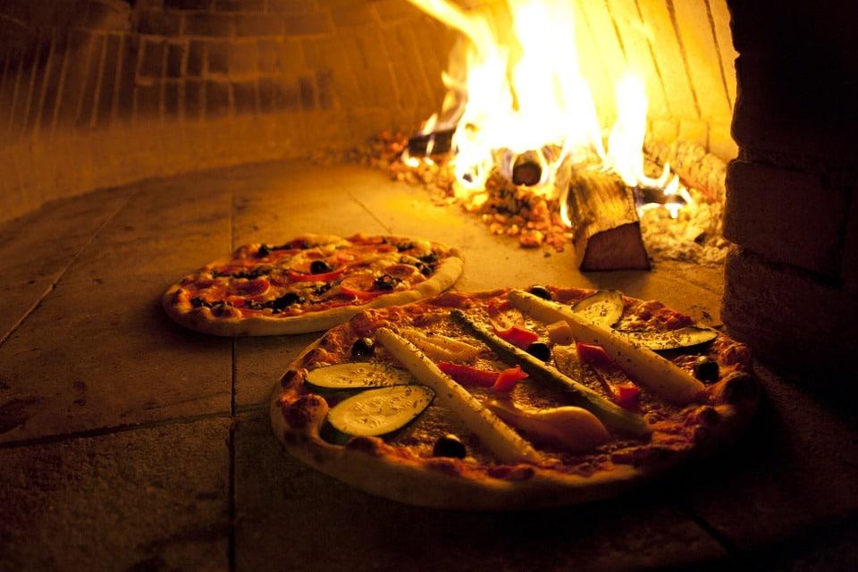 four pizza les atouts insoup onn s de la pizza au feu de bois. Black Bedroom Furniture Sets. Home Design Ideas