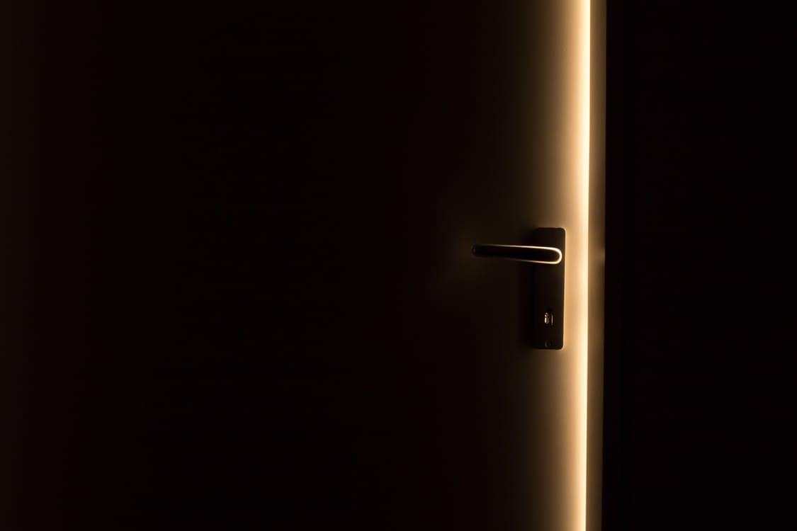 comment sortir d une mauvaise situation cas de la porte claqu e. Black Bedroom Furniture Sets. Home Design Ideas