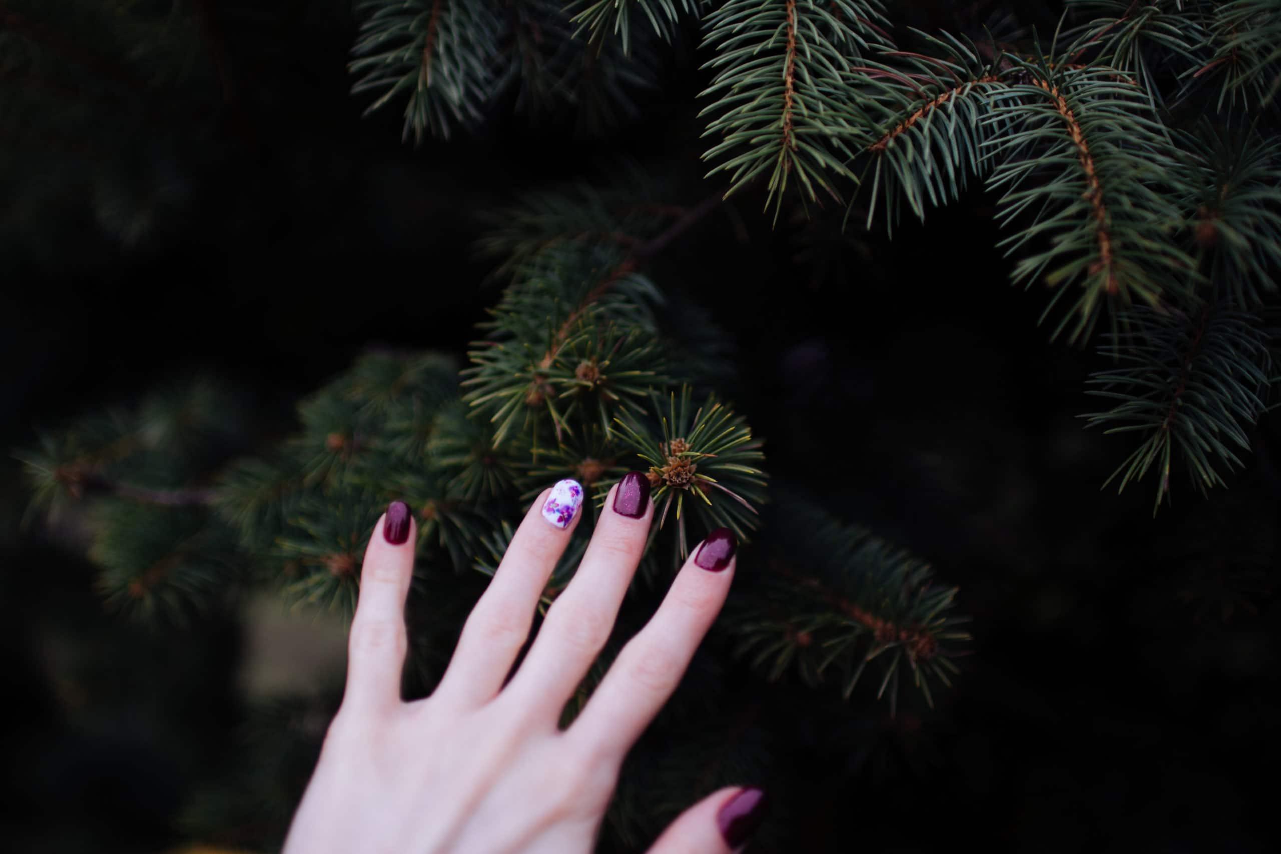 Première étape : Bichonnez vos mains avec des produits manucure adaptés Il faut commencer par vous dégager du temps pour prendre soin de vous. Un moment tranquille pour vous crémer les mains et les pieds. Ensuite, il faut passer à l'action en coupant vos ongles, en les limant puis en utilisant si nécessaire un repousse cuticule. N'hésitez pas à vous masser longuement les doigts en réalisant des points de pression car on le sait de nombreuses terminaisons nerveuses se trouvent à l'extrémité des pieds et des mains. Prendre soin de soi, c'est une véritable thérapie qui permet de mieux s'accepter et de ne pas redouter les années qui passent. Deuxième étape : Mettez votre stratégie couleur au point … quelles déclinaisons de couleurs allez-vous assortir ? Connaissez-vous déjà les tenues que vous allez porter ? Et quelles couleurs vous allez arborer ? La mode est au retour à l'art déco, aux lignes géométriques et graphiques. Côté couleur, ce sont des couleurs comme le bordeaux, le noir ou encore l'émeraude et le saphir… et pour les matières en mettre en avant le marbre, le laiton ou encore le cuivre… un petit air Art Déco tendance chic ! Choisissez dans vos produits manucure des tons comme le cerise foncé, la fée rouge, le scarabée or rouge, le prune foncé ou bien sûr le noir…. vous devez être la plus belle pour aller danser. Troisième étape : Optez pour des vernis longue durée avec une tenue d'au moins 3 semaines Vous devez métamorphoser vos mains grâce à un verni semi permanent, facile à poser avec sa texture fluide. Vous pouvez aussi opter pour le gel uv, une autre technique qui permet de créer des faux ongles directement sur l'ongle naturel ou sur des capsules. Dépose, brillance, couvrance… grâce à vos produits manucure, vous voila parées pour ces fêtes de fin d'année .