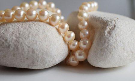 NETPERLES se présente comme un leader en matière de vente de perles de culture et de bijoux en perles en ligne. La bijouterie met à la disposition de milliers de clients un éventail de bijoux en or et en argent confectionnés avec des perles de mer de toute beauté.